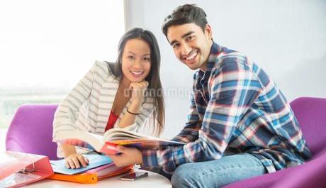 University students talking in loungeの写真素材 [FYI02159741]