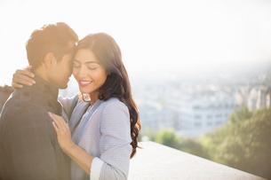 Couple hugging outdoorsの写真素材 [FYI02159765]
