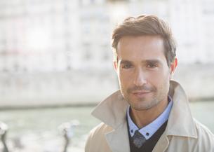 Man smiling outdoorsの写真素材 [FYI02159852]