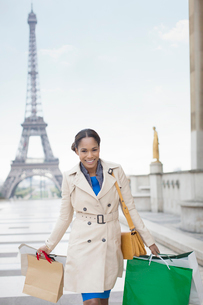 Woman carrying shopping bags by Eiffel Tower, Paris, Franceの写真素材 [FYI02159900]