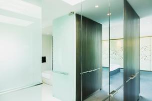 Glass walls in modern houseの写真素材 [FYI02159916]