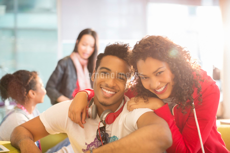 Young couple smiling in student loungeの写真素材 [FYI02160069]