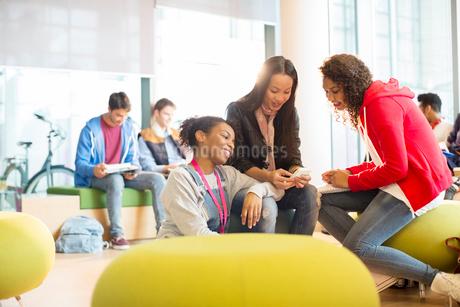 University students talking in loungeの写真素材 [FYI02160089]