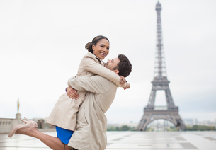 Couple hugging by Eiffel Tower, Paris, Franceの写真素材 [FYI02160091]