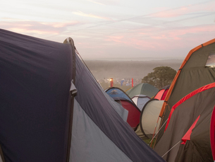Tents outside music festivalの写真素材 [FYI02160112]