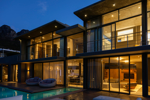 Luxury house with swimming pool illuminated at nightの写真素材 [FYI02160122]