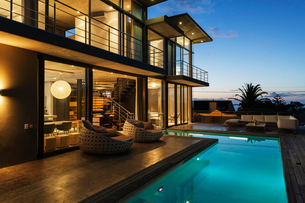 Luxury house with swimming pool illuminated at nightの写真素材 [FYI02160138]
