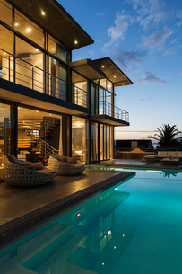 Luxury house with swimming pool illuminated at nightの写真素材 [FYI02160324]