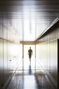 Silhouette of person walking in corridorの写真素材 [FYI02160403]