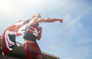 Track and field athlete cheering with British flagの写真素材 [FYI02160481]