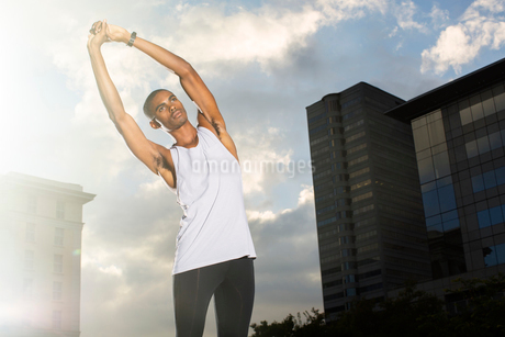 Man stretching before exercising on city streetの写真素材 [FYI02160537]