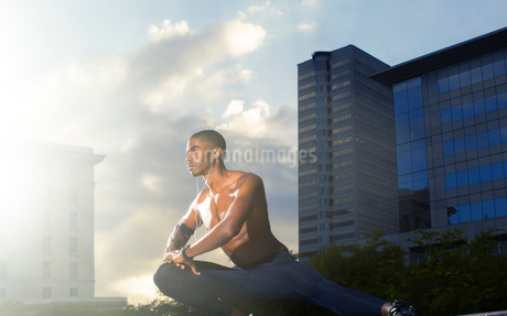Man stretching before exercising on city streetの写真素材 [FYI02160594]