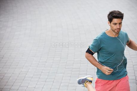 Man running through city streetsの写真素材 [FYI02160631]