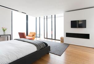 Bed and sliding glass doors in modern bedroomの写真素材 [FYI02160737]
