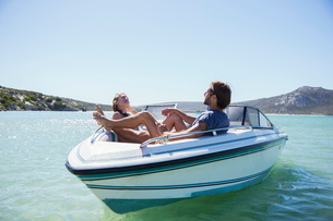 Couple sitting together in boat on waterの写真素材 [FYI02160749]
