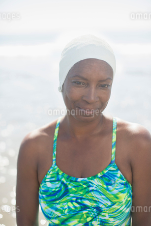 Portrait of serious woman in bathing suit and capの写真素材 [FYI02160859]