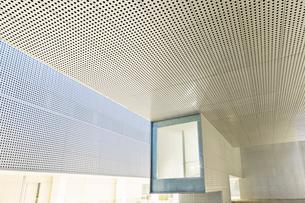 Illuminated window in modern office buildingの写真素材 [FYI02160905]