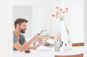 Man reading newspaper at breakfastの写真素材 [FYI02160915]