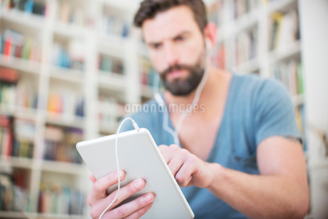 Close up of man listening to music on digital tabletの写真素材 [FYI02160924]