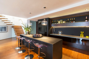 Bar stools and countertop in modern loungeの写真素材 [FYI02160948]