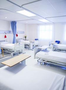 Empty beds in hospital roomの写真素材 [FYI02160956]