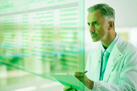 Serious doctor with clipboardの写真素材 [FYI02160969]