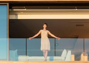 Woman standing on luxury balconyの写真素材 [FYI02161005]
