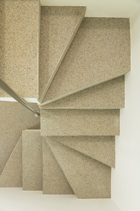 Overhead view of modern spiral staircaseの写真素材 [FYI02161142]