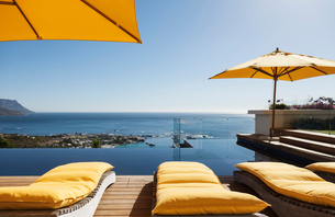 Lounge chairs overlooking infinity pool and oceanの写真素材 [FYI02161156]