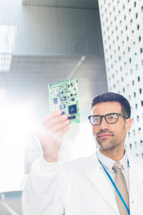 Engineer examining circuit boardの写真素材 [FYI02161202]