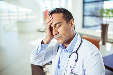 Doctor holding his forehead in hospitalの写真素材 [FYI02161241]