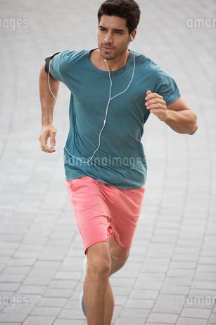 Man running through city streetsの写真素材 [FYI02161252]