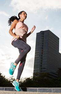 Woman exercising on city streetsの写真素材 [FYI02161270]