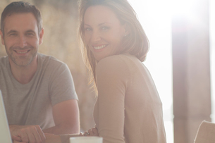 Couple smiling at breakfast tableの写真素材 [FYI02161273]