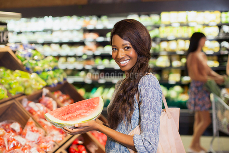 Woman shopping in produce section of grocery storeの写真素材 [FYI02161282]