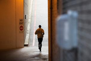 Man running through city streetsの写真素材 [FYI02161330]