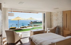 Bedroom overlooking patio and oceanの写真素材 [FYI02161341]