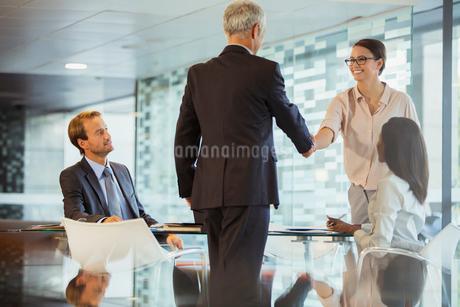 Business people shaking hands in office buildingの写真素材 [FYI02161351]