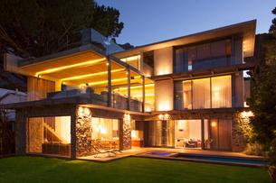 Modern house illuminated at nightの写真素材 [FYI02161356]