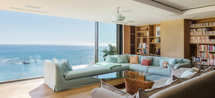 Living room overlooking oceanの写真素材 [FYI02161358]