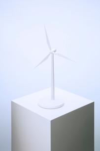 Wind turbine model sitting on pedestalの写真素材 [FYI02161427]