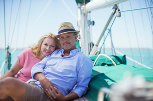 Couple sitting on deck of sailboatの写真素材 [FYI02161458]