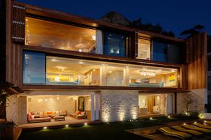 Modern house illuminated at nightの写真素材 [FYI02161485]
