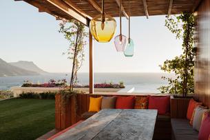 Luxury patio with ocean viewの写真素材 [FYI02161513]