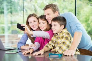 Family taking cell phone picture togetherの写真素材 [FYI02161541]