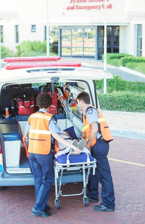 Paramedics wheeling patient out of ambulanceの写真素材 [FYI02161580]