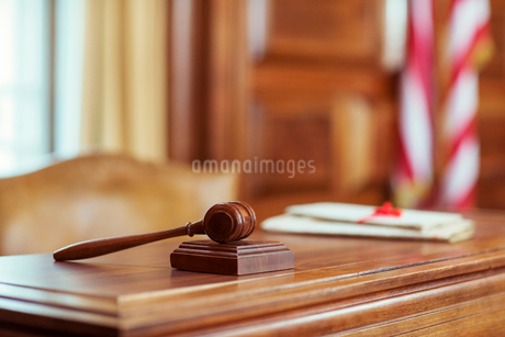Gavel laying on judges bench in courtroomの写真素材 [FYI02161609]