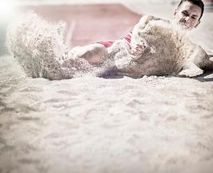 Long jumper landing in sandの写真素材 [FYI02161613]