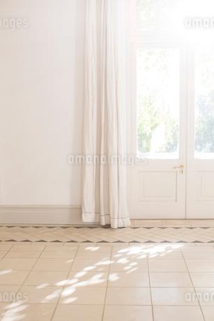 Sunlight beaming through door window in living spaceの写真素材 [FYI02161625]