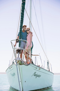 Couple standing on front of boatの写真素材 [FYI02161675]